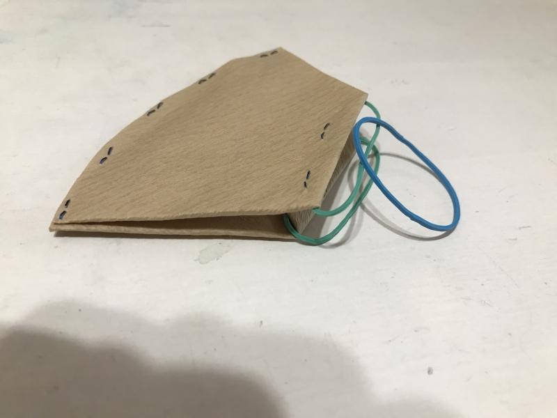輪ゴムを取り付けたらそれぞれもう一本輪ゴムを連結させて