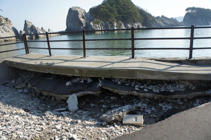 地盤が沈下した浄土ヶ浜の海岸