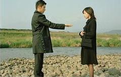 川辺の石コロで感情を表現する、この映画のキーとなるシーン。 (C)2008映画「おくりびと」製作委員会