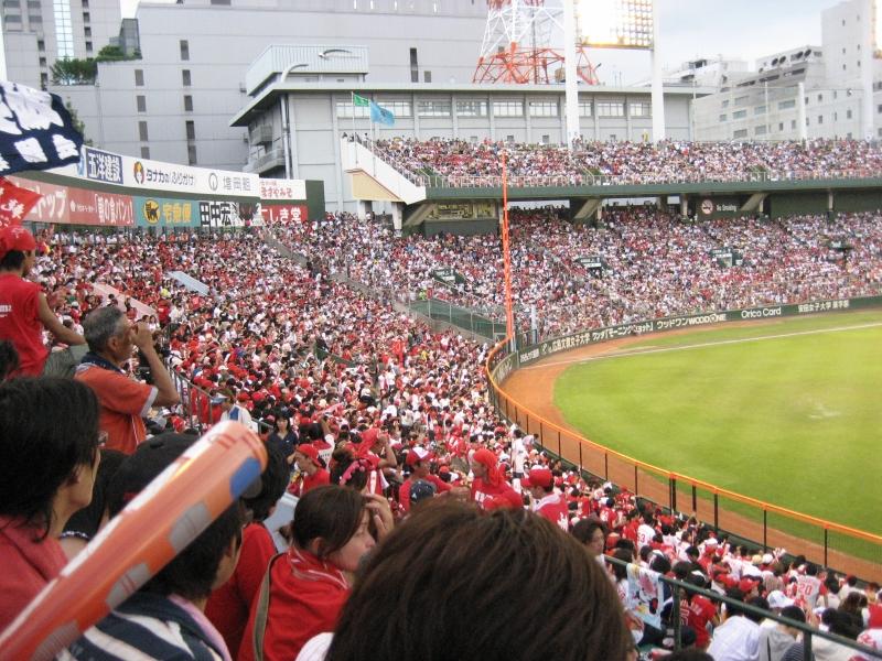 今の球場が建てられる前の、広島市民球場での最終戦の様子です。超満員!