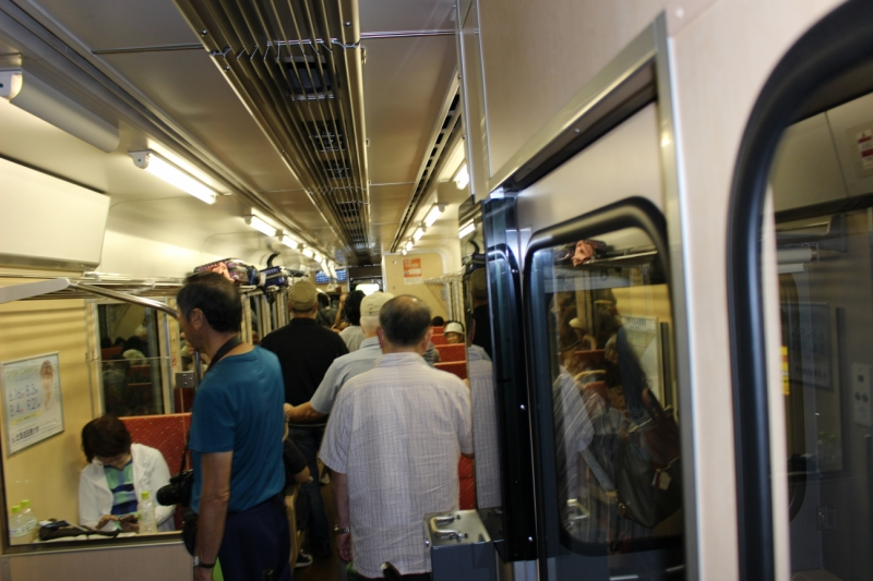 ツアーの団体さんもいたようで、大盛況!※今回の旅では3日間で盛駅まで向かったのでずっとこの電車に乗ったわけではなかったのですが、これ以降乗った電車も結構混んでいました。