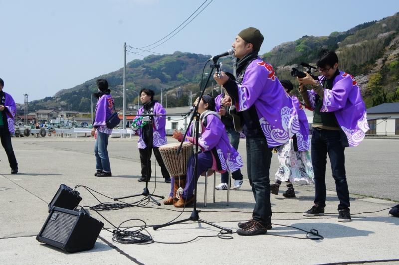 「粟島別れのブルーズ」を歌う西輪キングさんと「粟島音楽隊」