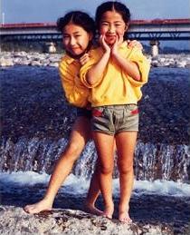 愛香さん(小2)と姉(小5)。祖母の田舎、石川輪島にて。いつもお揃いの服を着た仲良し姉妹。