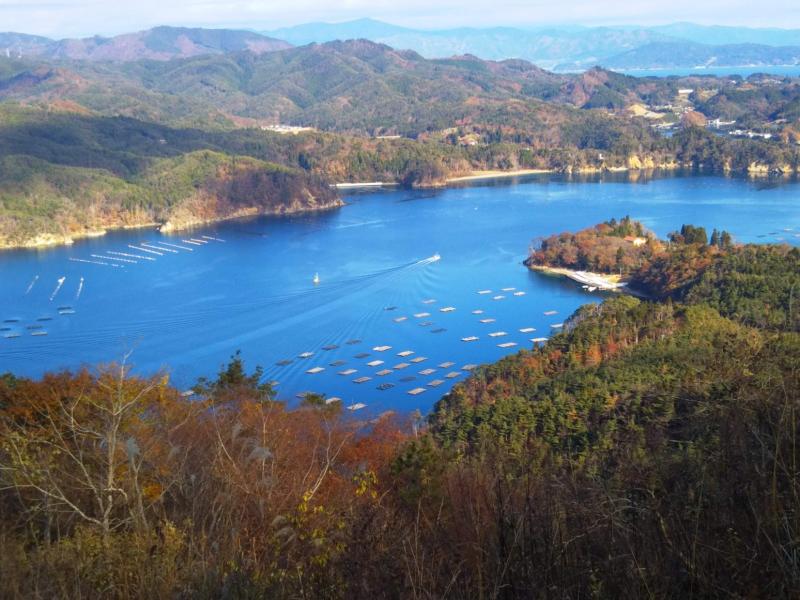 亀山から見えるリアス式海岸と、真っ青な海。とても美しい風景でした。