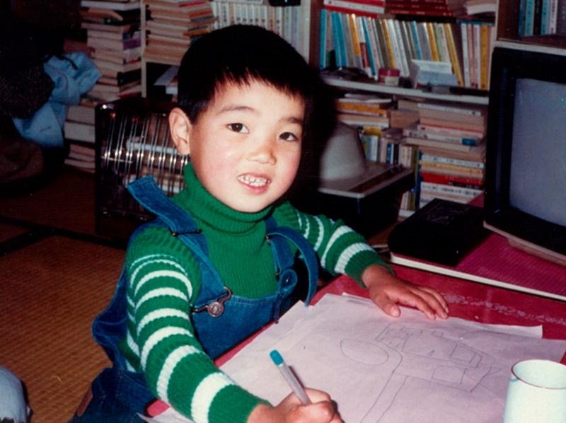 だいすきなお絵かきをする5歳頃のさかなクン