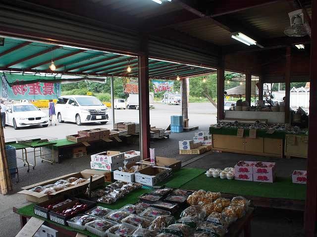 私が訪れた時は産地直売の野菜が売られていました。新鮮な上に値段も安く、美味しかったですよ♪
