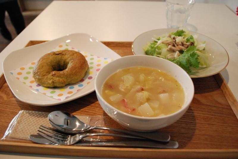 野菜たっぷりスープはイノシシのベーコン入り。スープもサラダも素材感いっぱいで、おかわりしたくなるほど。ベーグルはお持ち帰りもできますよ。