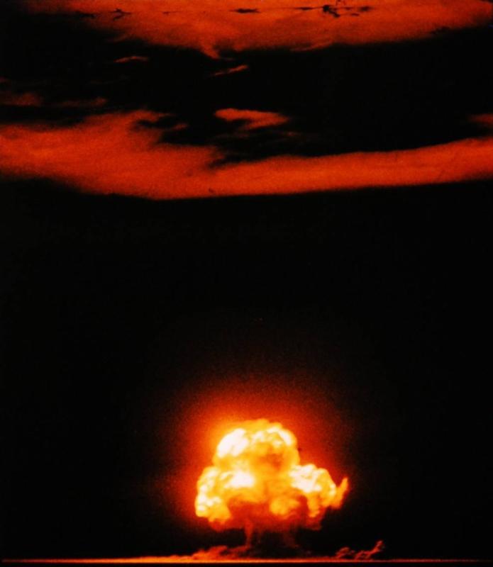 初の核実験「トリニティ実験」をとらえた有名なカラー写真。原典は「LIFE Photo Archive」