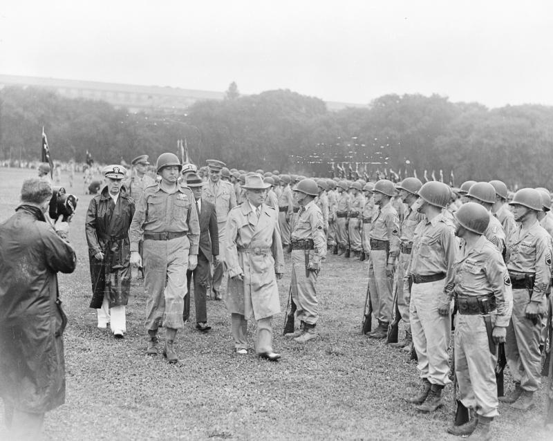 1946年7月15日、「二世」第442連隊戦闘団を閲兵するトルーマン大統領
