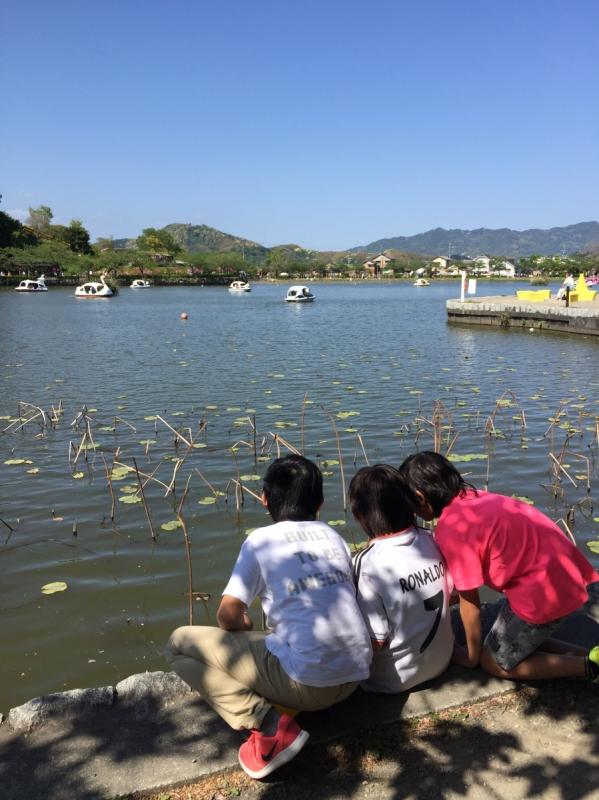 湖にボートもあるよ~ 鯉に餌をあたえるのに夢中な幼なじみたち