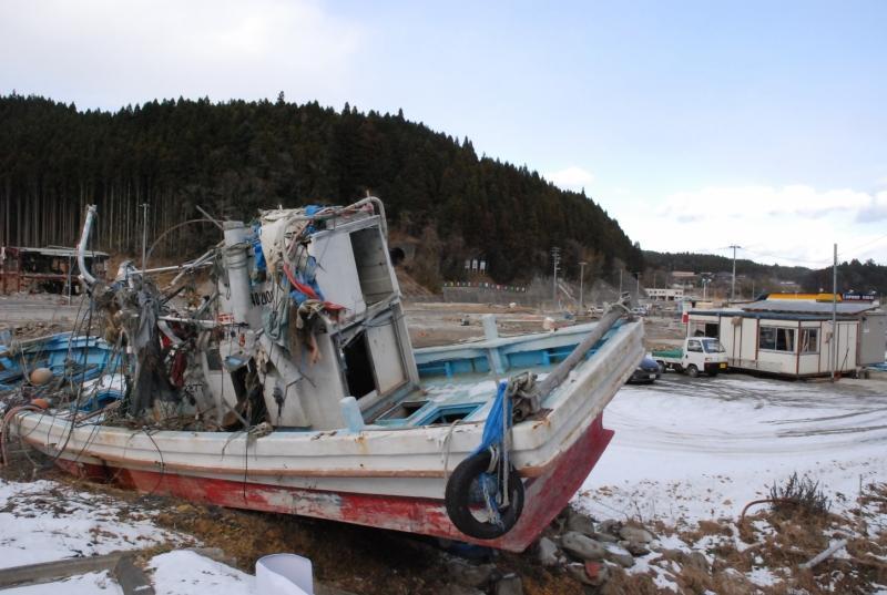 津波で破壊された町に残された魚船(南三陸町 2011年12月)