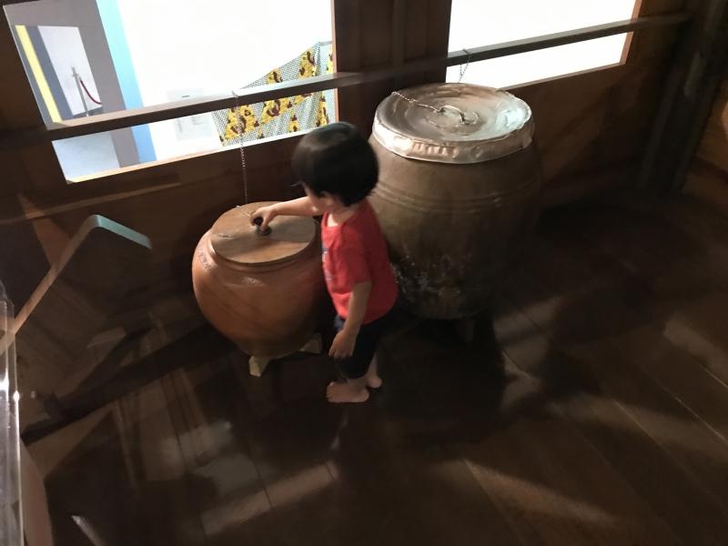 これはタイのあるおうちを再現したコーナー。とりあえず家の中の壺やら冷蔵庫を開けまくります。RPGの主人公になった気分?