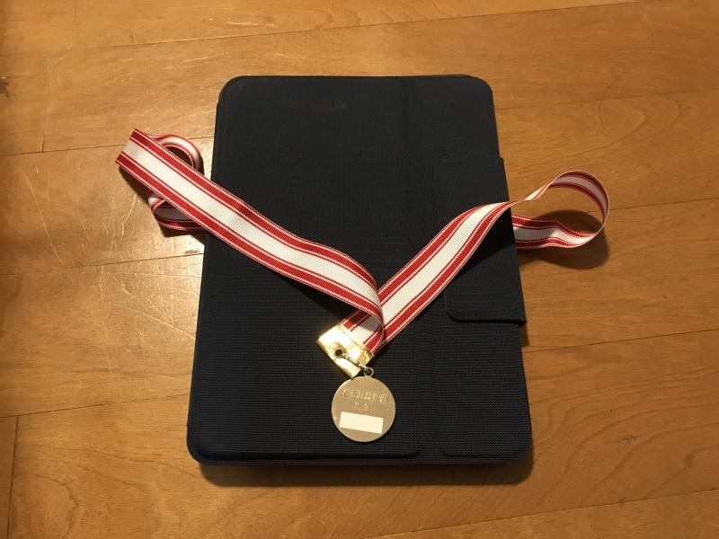 学校から持ち帰ったタブレットに大事にしているメダルをかけています。彼の中では金メダル級の存在感なのかも(?)しれません