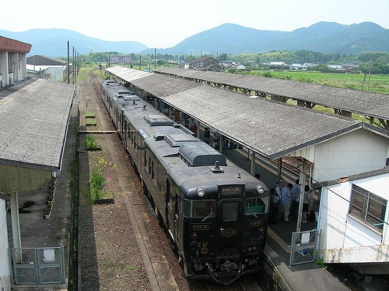 吉松駅と特急「はやとの風」
