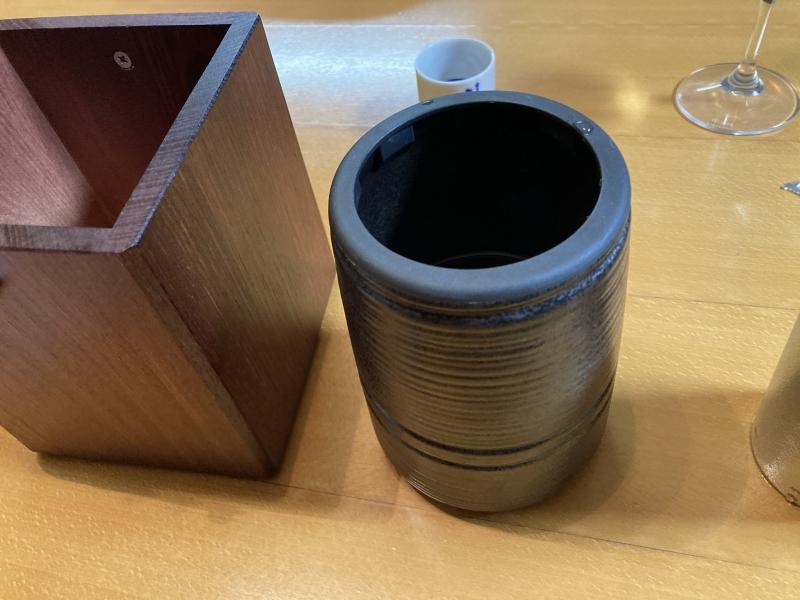 この陶器(岐阜県なので美濃焼ってことでしょうか)に熱湯を400ml入れ、それを左にある木枠に入れます。