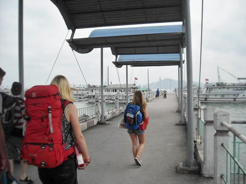 桟橋を歩き、いざクルーズボートへ