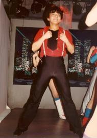 ダンスを始めた15歳頃にスタジオで。目もとに面影が?!