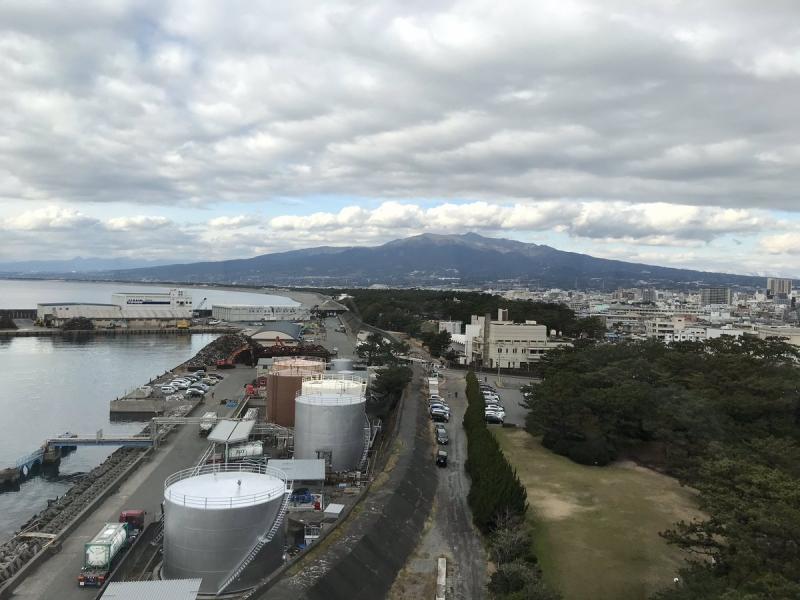 千本松原方面。もっと西には富士市にある製紙工場の煙突も見えます