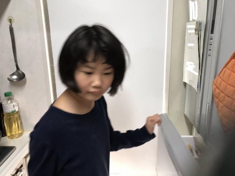もっとご飯を食べたくて冷蔵庫を物色した娘が通り過ぎると