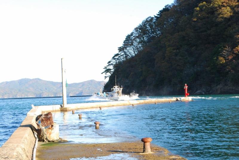 赤灯を通り抜けエンジン全開で沖へ向かう漁船(通常の出漁で沖出しの写真ではありません)