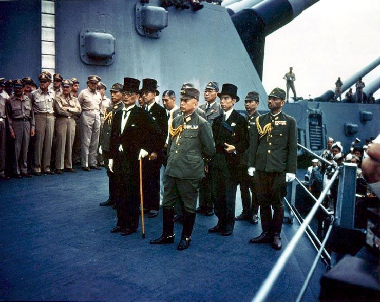 キャプションを原典から直訳「日本の降伏。1945年9月2日、日本代表が降伏式典のため東京湾で戦艦ミズーリに乗艦」Naval Historical Center Photo