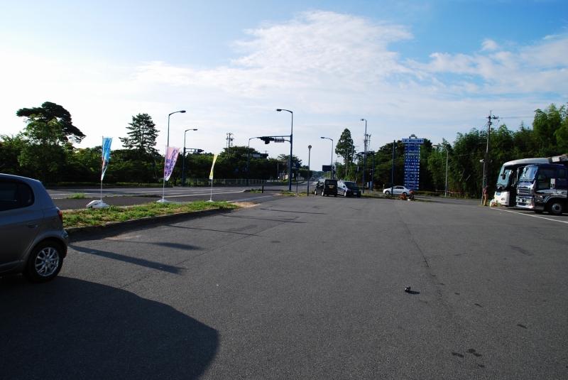コンビニ前の道路。ツアー当時は、ここが原発南側で最後のコンビニだった。