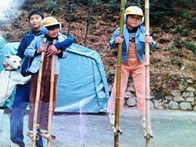 本物の竹馬で遊ぶ少年時代。右が雷人さん、左は二卵性双生児の弟さん。