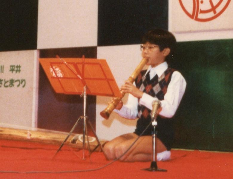 小学校時代リコーダーが得意で、小学5年生から尺八を始めメキメキと上達した。