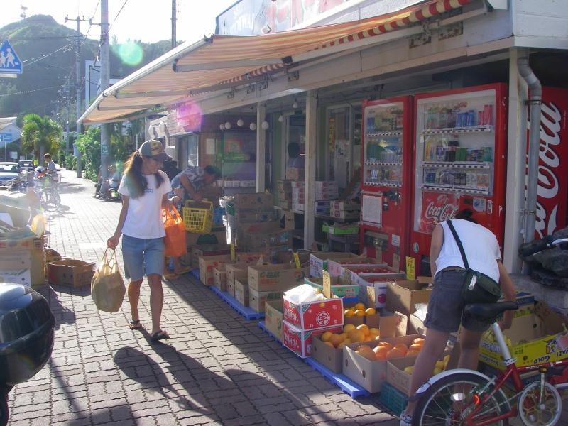 島のスーパー「小祝」。入港日は軒先にも商品が並ぶ