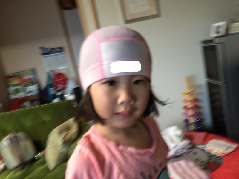 生まれてから3回だけ帽子をかぶったことのある娘。その1回目。でも何年も通っているスイミング(障害児クラス)ではいまも絶対にかぶりません。