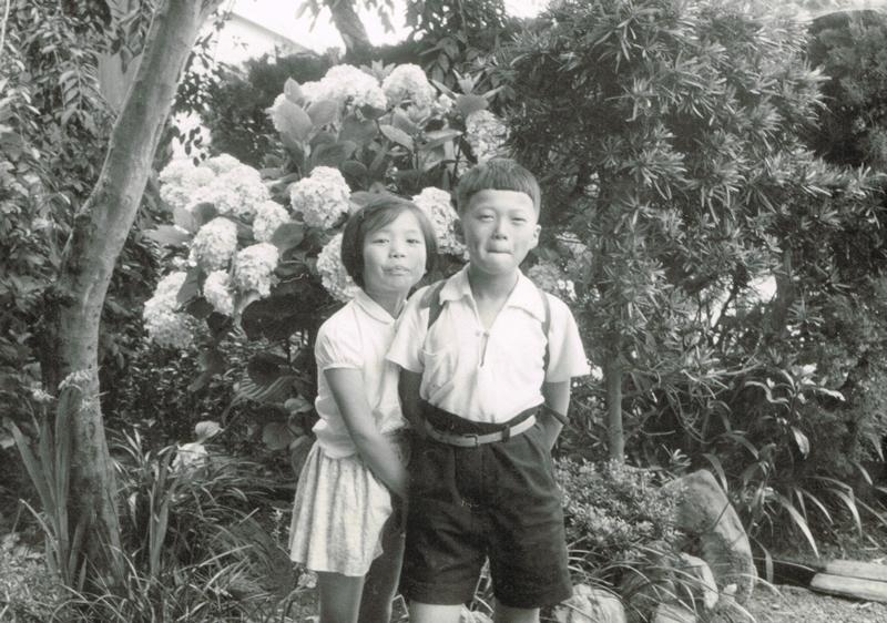 4人きょうだいの末っ子として育った。1歳違いの兄とのツーショット。