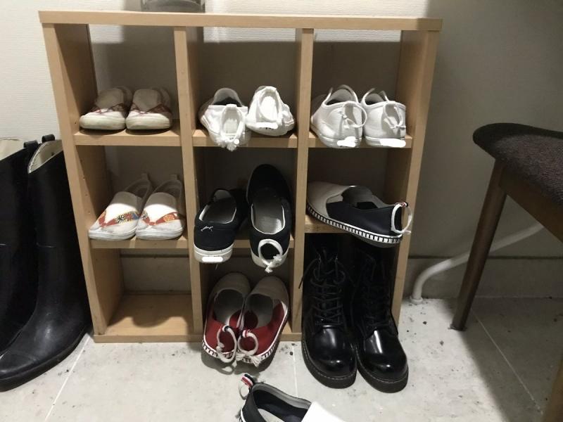 娘が引っ張って靴を履きやすいよう、かかとの輪っかにさらに大きな輪っかをつけてあります。この日は中段右枠への収納に失敗。