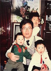 長男の益山さんは一番後ろ。ひとつ違いの次男、3歳違いの三男を抱っこする父。