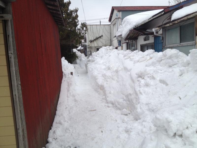 ボランティアの人力だけで何とか人が通れるだけの通路を開削。しかしこの後の積雪が怖い