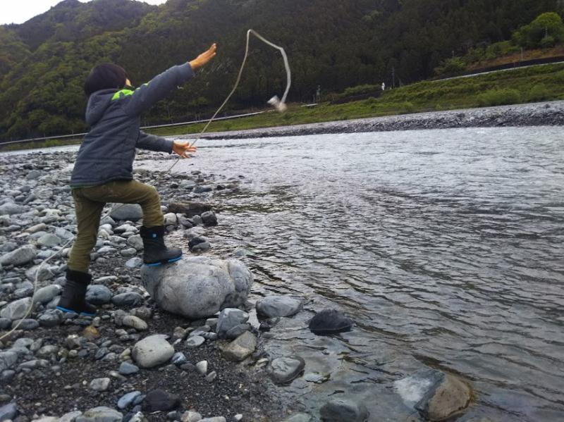 川に落ちていたロープと石の重りで即席釣り竿を作って魚釣り。