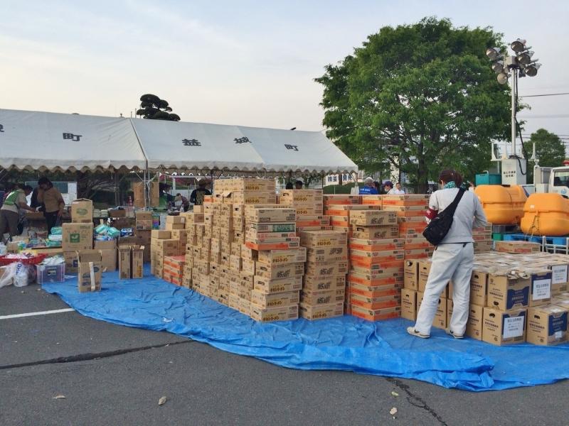 益城町役場駐車場に野積みされた物資。被災した町民が受け取っていった(2016年4月20日)