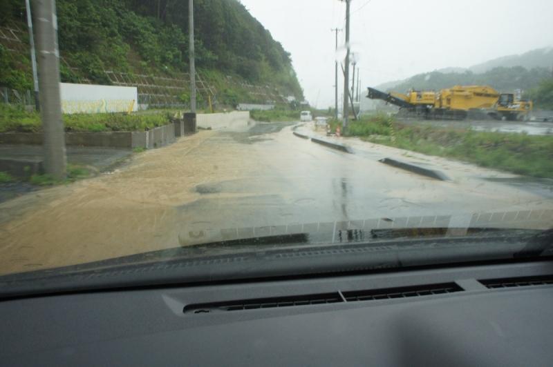 浦宿から下って行く坂の上部ですでに、排水しきれない泥水が道に溢れ出す。