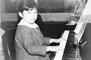 7歳頃、オルガンからピアノへ転向。弾くのが大好きだった。