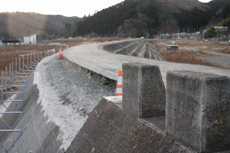 手すり壁増設工事が始まった田老の堤防。角を削り取って壁を追加するらしい。左のL型金物は工事用足場のフレーム
