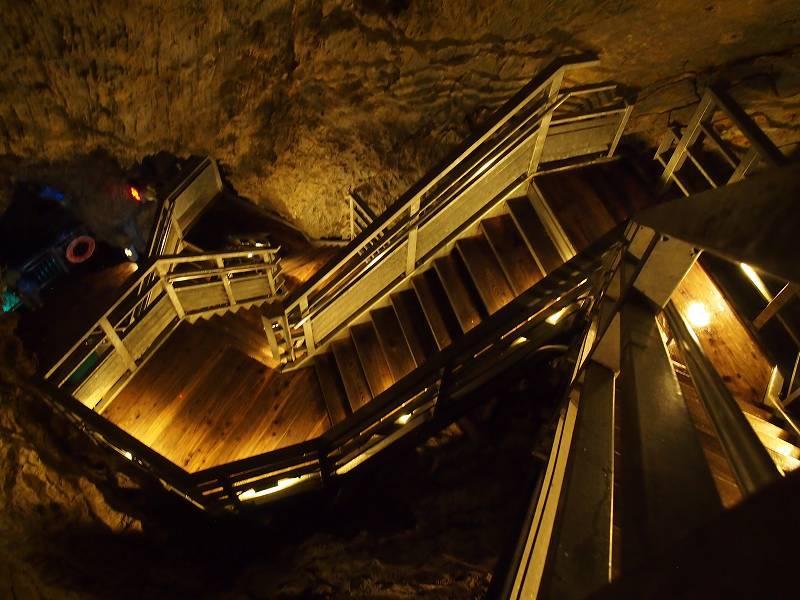 龍泉洞内。地底探検へ出発!