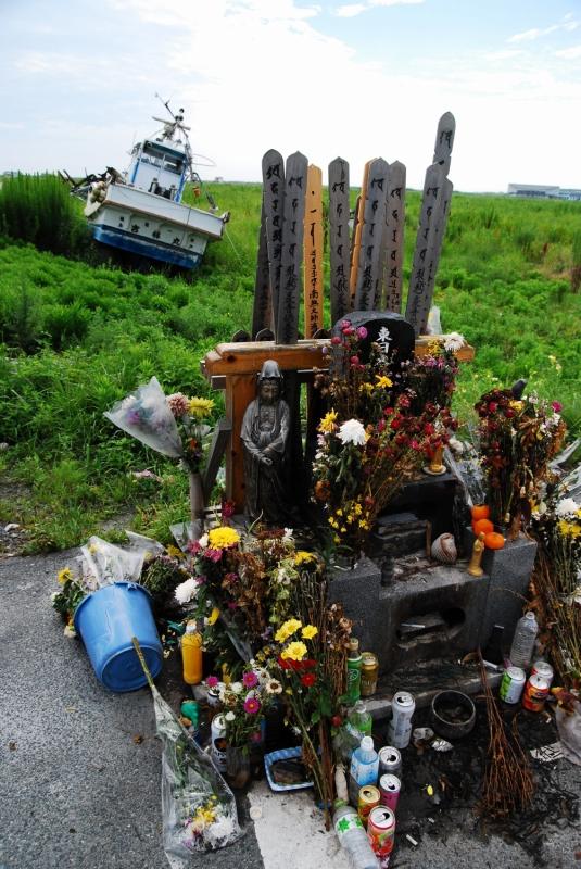 慰霊碑には、花がたくさん供えられている。津波で125人の方が亡くなったという。