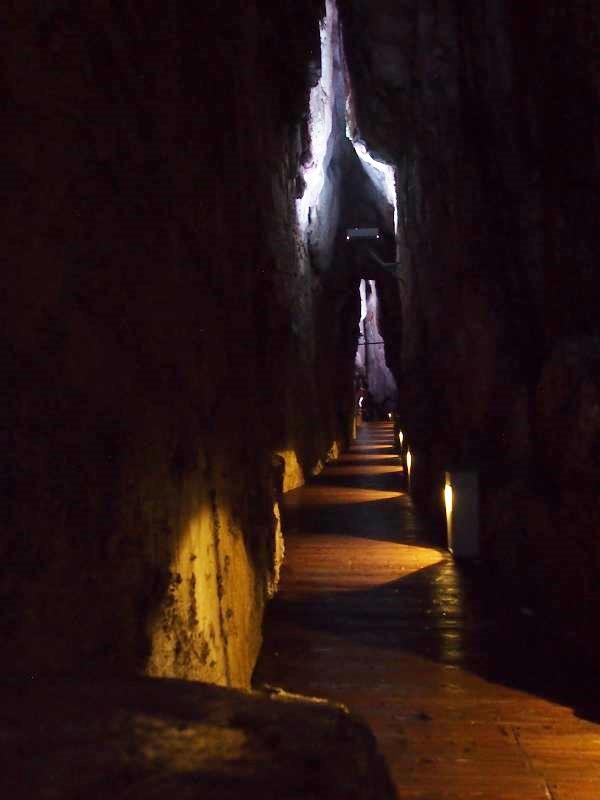 狭い「百間廊下」。ちょっとした洞窟探検気分