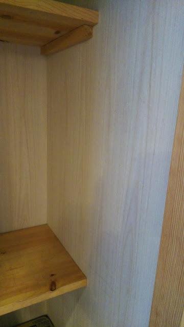 側面のベニヤ板にステンレスのレールを取り付けます。ベニヤ板が重さに耐えられるのかちょっと心配。