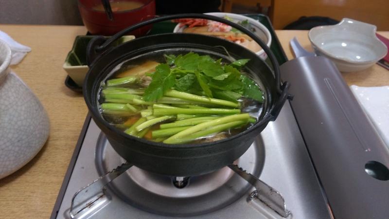 せりの根、茎の部分は煮込みますが、葉の部分はスープに少しくぐらせて食べるのがおすすめ