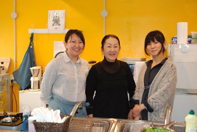 左から天野美紀さん、料理担当の菊田素子さん、PR担当の山崎百香さん