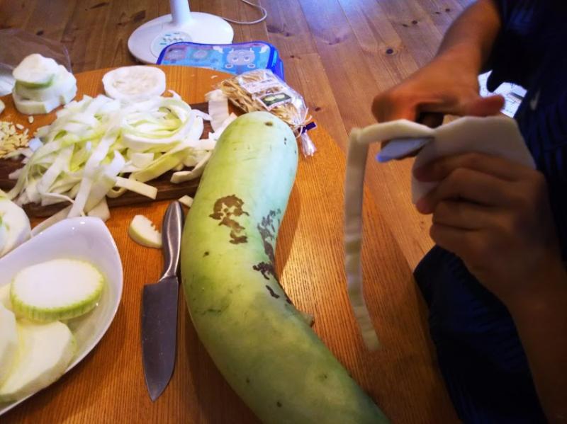 りんごの皮の要領で千切れないように注意しながら実を切り出します。
