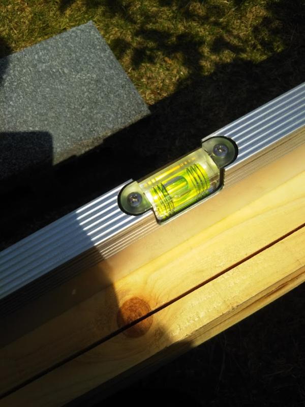 こちらが今回使用した水平器。気泡が両線の内側に収まっている状態が水平。ちょっとズレてます。