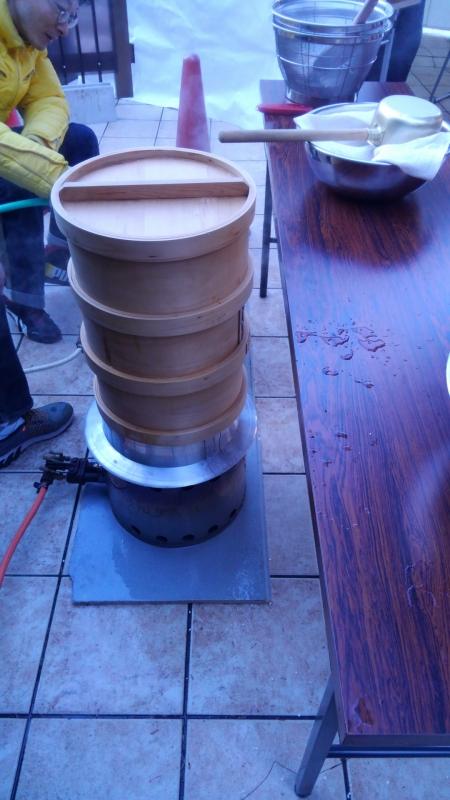 釜とせいろでもち米を蒸します。