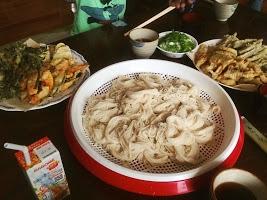 おじちゃんおばちゃんが裏山へ行って30分ほどで採ってきたものをてんぷらにしてそうめんと食べる。これがうまかった!