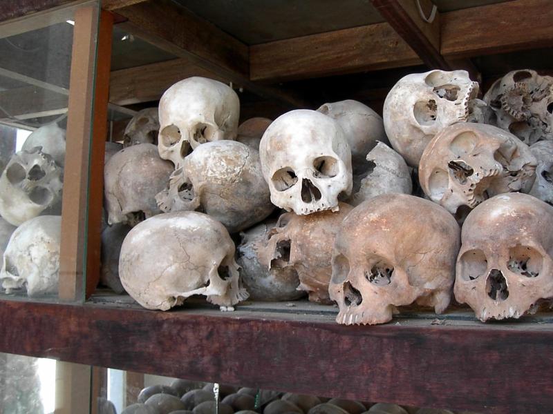 クメール・ルージュの犠牲者。ポル・ポトは医師や教師など知識階級に対して弾圧と虐殺を行った。やがて虐殺はエスカレートし、過去に教育を受けたことがある者、文字が読める者にまで広まっていったとされる